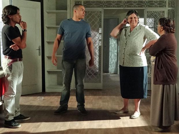 Vizinhos contam para Pedro que São Jorge não tem porteiro (Foto: Amor Eterno Amor/ TV Globo)