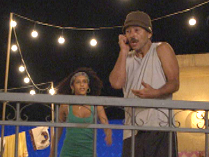 Sandro é pego no flagra na hora H! (Foto: Cheias de Charme/ TV Globo)