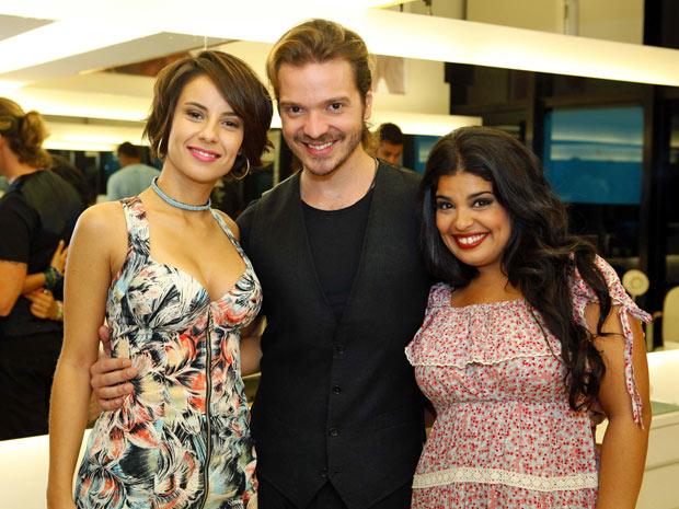 Tiago Parente posa com as atrizes Andréia Horta e Daniela Fontan (Foto: Amor Eterno Amor/TV Globo)