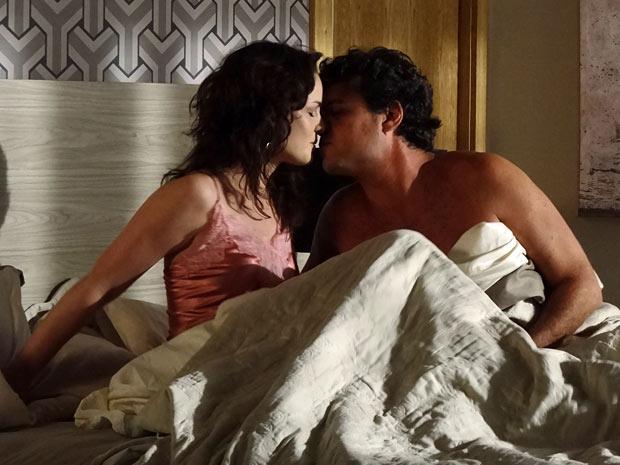 Beatriz e Gabriel se beijam após a noite de amor (Foto: Amor Eterno Amor/TV Globo)