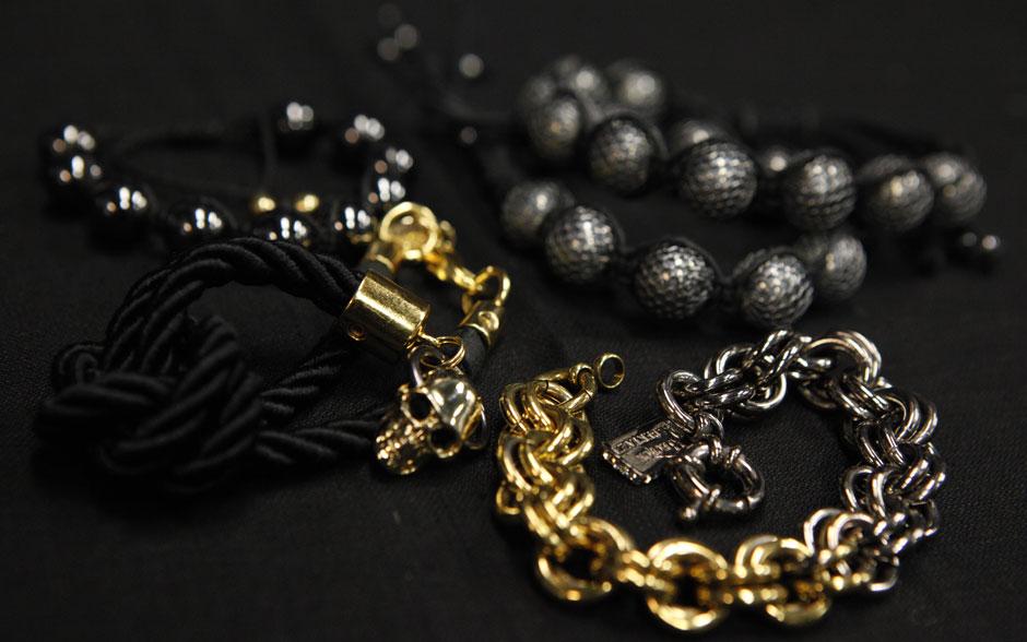 Débora usa várias pulseiras, cada uma de um estilo diferente