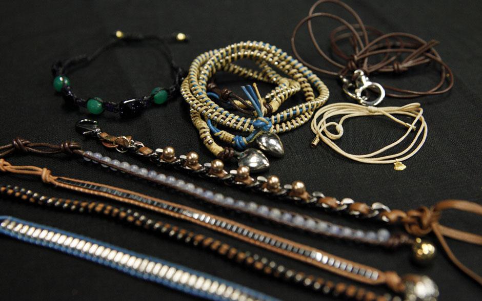 As pulseiras fininhas e de couro têm espaço garantido