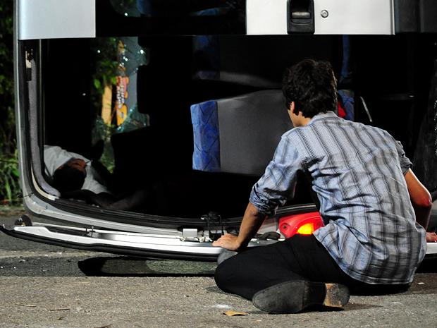 Dieguinho vê Jefferson desacordado dentro da van (Foto: Malhação / TV Globo)