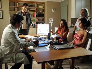 Carmem e Zé invadem a consulta (Foto: Amor Eterno Amor / TV Globo)