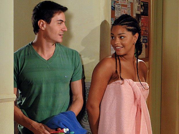 De toalha, Dinha joga charme para cima de Inácio (Foto: Cheias de Charme / TV Globo)