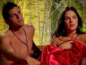 Suelen consegue levar Iran para cama e os dois são flagrados por Olenka (Foto: Avenida Brasil/ TV Globo)
