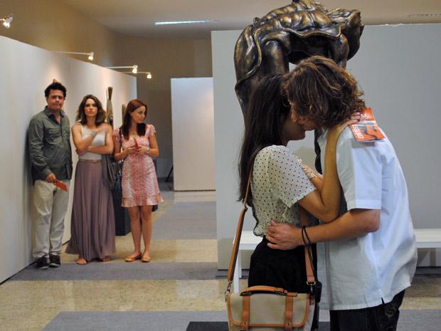 De longe, Fabiano vê Filipe e Isabela se beijando (Foto: Malhação / Tv Globo)