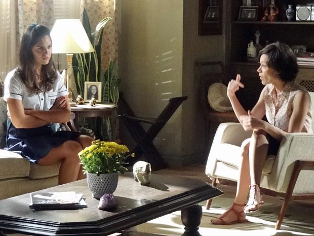 Laís não disfarça a insatisfação ao saber que passará as tardes com Dona Olga (Foto: Amor Eterno Amor/TV Globo)