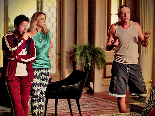 Leleco se revolta ao chegar na mansão do filho e dar de cara com Adauto lá (Foto: Avenida Brasil/ TV Globo)