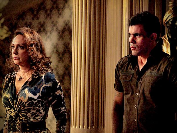Muricy discute com Leleco e Adauto se esquiva de mais briga (Foto: Avenida Brasil/ TV Globo)