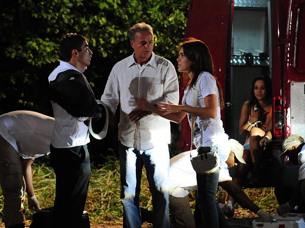 Natália desconfia do mau estado da van que levava os Pagodeiros dos Anjos (Foto: Malhação / TV Globo)