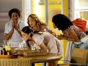 Cida apaga as velinhas dos seus 19 anos  (Foto: Cheias de Charme/ TV Globo)