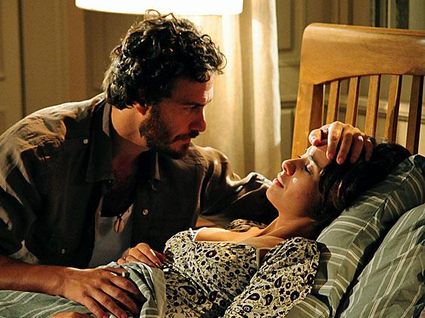 Valéria pede ajuda a Rodrigo e teme pela perda do filho (Foto: Amor Eterno Amor/TV Globo)