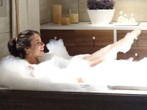 Valéria toma banho de espuma na mansão  (Foto: Amor Eterno Amor/TV Globo)