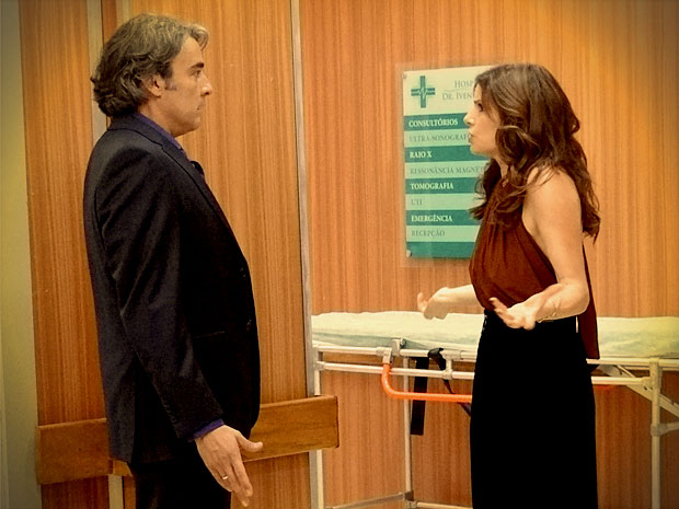 E acaba dando de cara com Verônica no corredor (Foto: Avenida Brasil/ TV Globo)