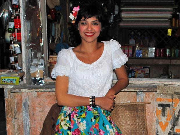 Para dar vida a Miriam, Letícia cobre as tatuagens (Foto: Amor Eterno Amor / TV Globo)