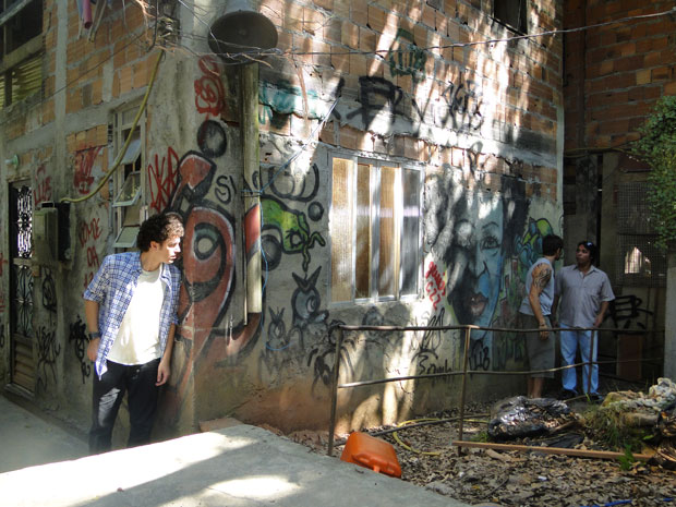 Moisés dá duro em dono de transportadora e Gabriel ouve a conversa (Foto: Malhação / Tv Globo)
