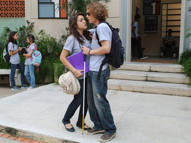 Isabela tenta dar um beijo em Filipe, mas ele afasta a ex (Foto: Malhação / Tv Globo)