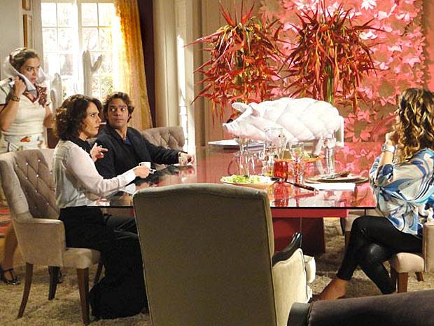 Lygia não se contém ao ver sua empregada na casa de Chayene (Foto: Cheias de Charme/ TV Globo)