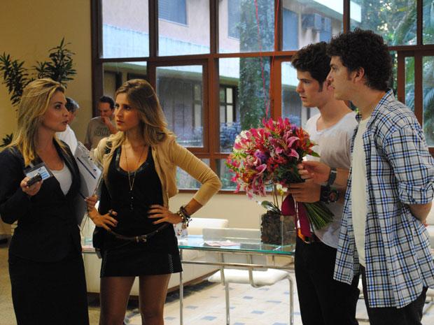 Gabriel pergunta por Timtim e recepcionista diz que a garota já teve alta (Foto: Malhação / Tv Globo)