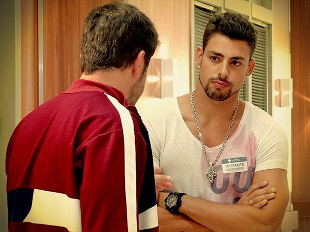 Jorginho se abre com o pai, mas não revela identidade da mulher que está mexendo com sua cabeça (Foto: Avenida Brasil/ TV Globo)