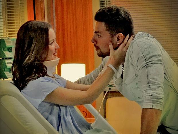 Débora diz para Jorginho que não vai esperar casório para morar com ele (Foto: Avenida Brasil/ TV Globo)
