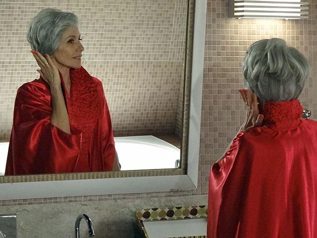 Melissa admira o visual Verbena que pretende adotar (Foto: Amor Eterno Amor/TV Globo)
