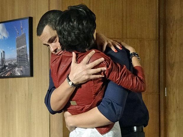 Miriam entende Fernando e o abraça após a discussão (Foto: Amor Eterno Amor/TV Globo)