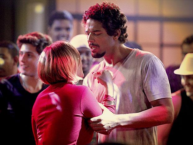 Monalisa tenta se esquivar do cara, mas ele fica agressivo (Foto: Avenida Brasil/ TV Globo)