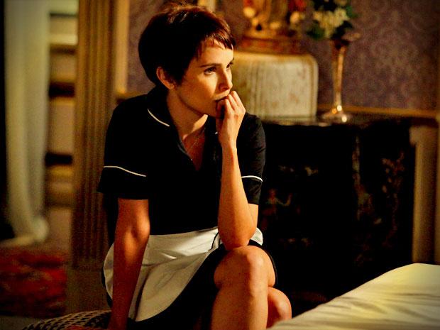 Nina consegue escutar friamente todas as mentiras contadas pela megera sobre sua infância (Foto: Avenida Brasil/ TV Globo)