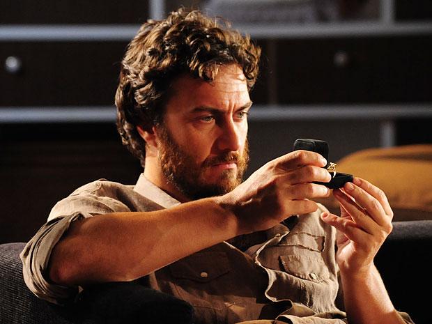 Rodrigo sente dor na cabeça ao contemplar o anel de Verbena (Foto: Amor Eterno Amor/TV Globo)