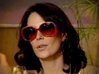 Óculos Alexia tratada (Foto: Avenida Brasil / TV Globo)
