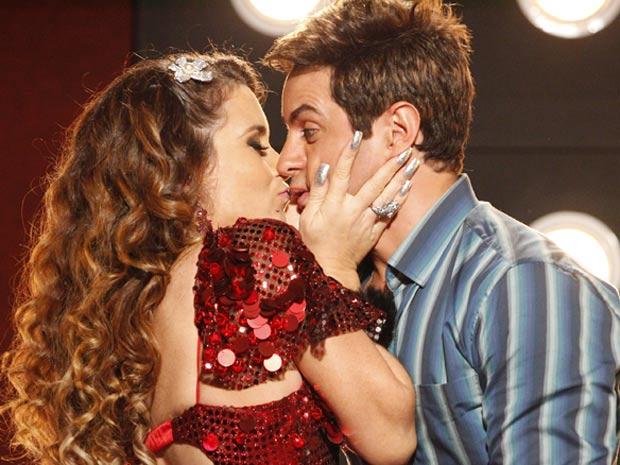 Que loucura! Chayene tasca um beijo em Fabian (Foto: Cheias de Charme / TV Globo)