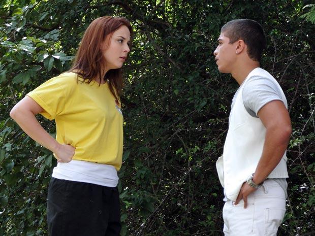 Jeffinho tenta terminar com Débora, mas não resiste ao beijo da ruivinha (Foto: Malhação / Tv Globo)