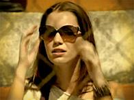 Óculos de Débora tratada (Foto: Avenida Brasil / TV Globo)