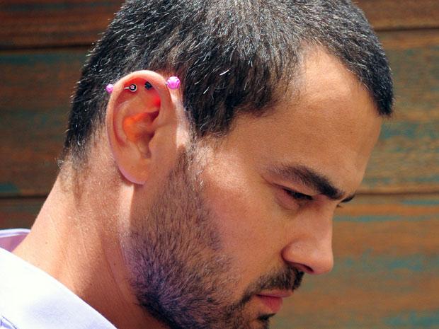 Carmo Dalla Vecchia fez dois furos na orelha para viver Fernando (Foto: Amor Eterno Amor / TV Globo)