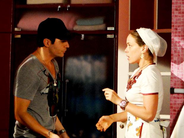 Olha a cara dela ao ver que se trata de Fabian, o príncipe! (Foto: Cheias de Charme / TV Globo)