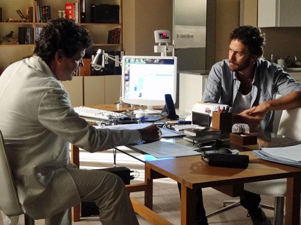 Gabriel prescreve vários exames para Rodrigo (Foto: Amor Eterno Amor/TV Globo)
