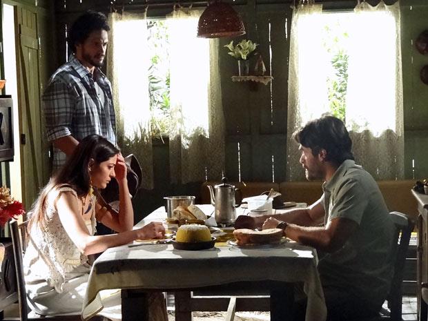 Jacira e Tobias não acreditam no que ouvem de Josué (Foto: Amor Eterno Amor/TV Globo)