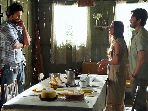Josué fica feliz ao saber que Valéria vai voltar para Vila dos Milagres (Foto: Amor Eterno Amor/TV Globo)