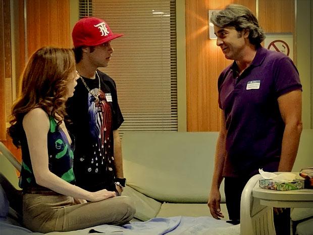 E faz o mesmo com Noêmia e Tomás para afastar as duas famílias (Foto: Avenida Brasil/ TV Globo)