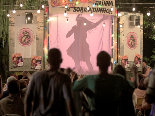 Depois de tanta enrolação, o povo começa a gritar por Chayene (Foto: Cheias de Charme / TV Globo)