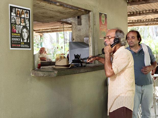 Padrasto de Rodrigo tenta ligar para a ONG após ver o cartaz de Elisa (Foto: Amor Eterno Amor/TV Globo)