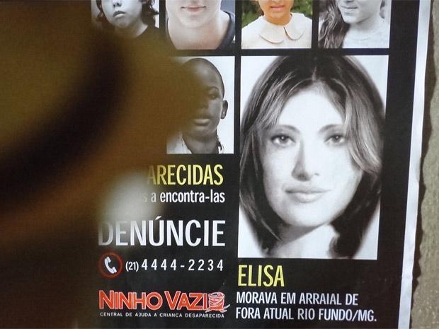 Virgílio vê retrato falado de Elisa no bar (Foto: Amor Eterno Amor / TV Globo)