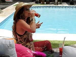 Sem saber, Chay também bebe o drinque com sonífero (Foto: Cheias de Charme / TV Globo)