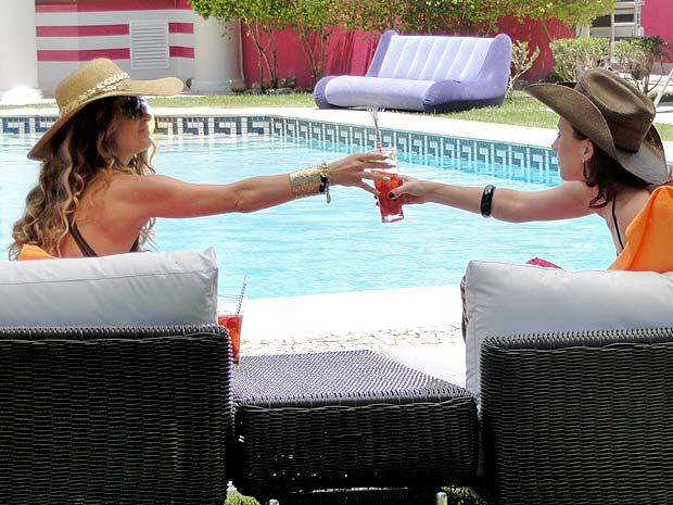 Tudo por Fabian! Chayene oferece o drinque batizado a Simone (Foto: Cheias de Charme / TV Globo)