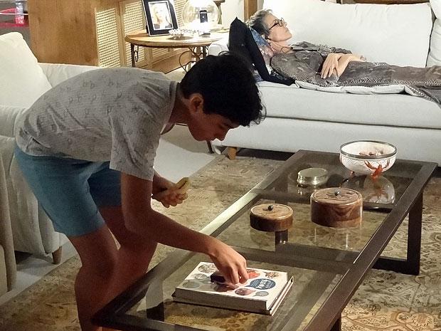 Junior solta barata na sala enquanto Melissa dorme (Foto: Amor Eterno Amor/TV Globo)
