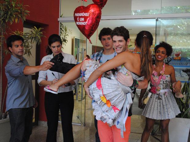 """O que é isso? Balão """"É menino""""? Timtim tá grávida??? (Foto: Malhação / Tv Globo)"""