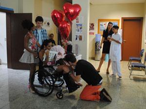 Apaixonado, Kiko fica de joelhos por Timtim (Foto: Malhação / Tv Globo)