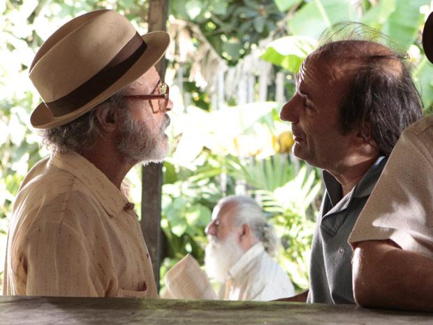Virgílio pede ajuda ao dono do bar (Foto: Amor Eterno Amor / TV Globo)